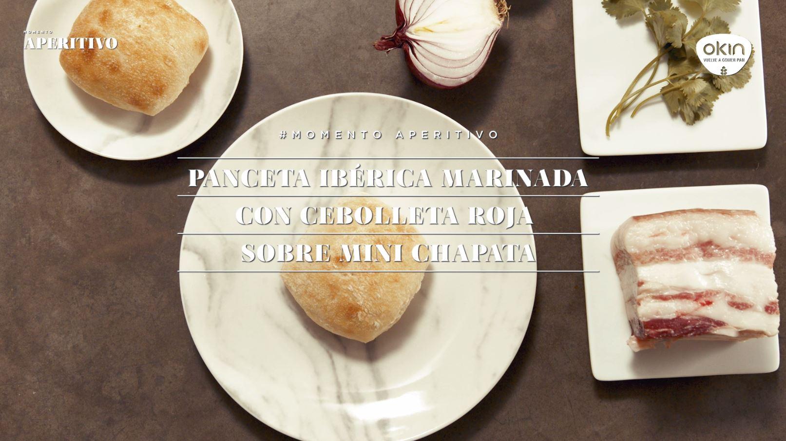 Panceta Ibérica marinada con cebolleta roja sobre Mini Chapata